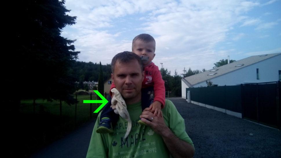 Nošení dítěte za krkem jedině s Muchlinkou.