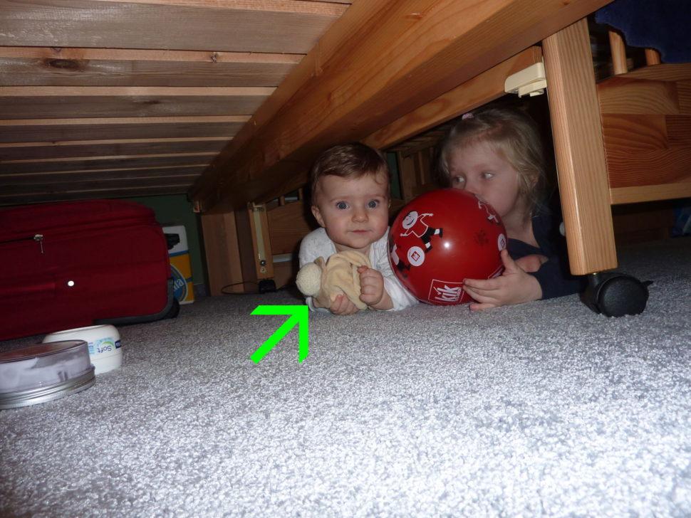 Děti vlezou všude, i pod postel. Muchlinka je tam taky.