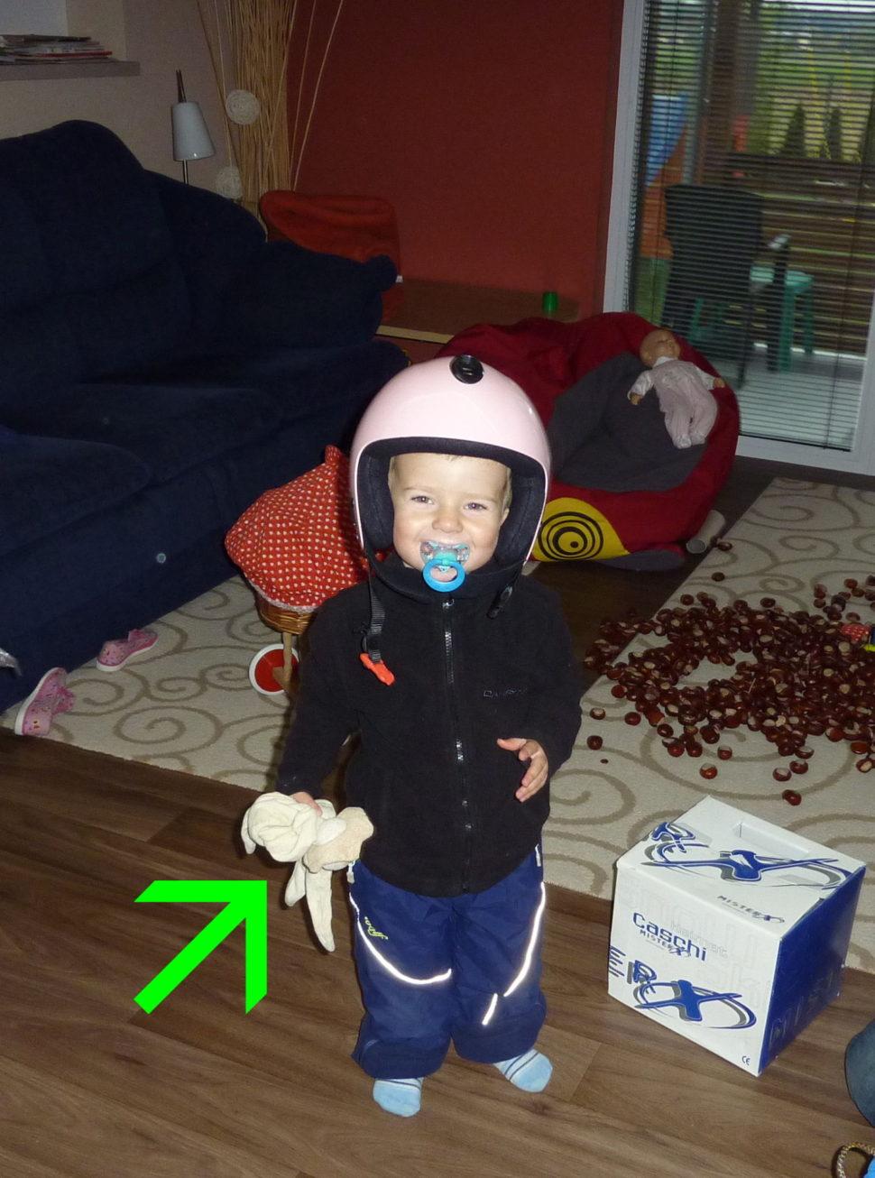 Muchlinka mi asistuje u zkoušení přilby na lyžování. Je růžová, tak asi není moje.