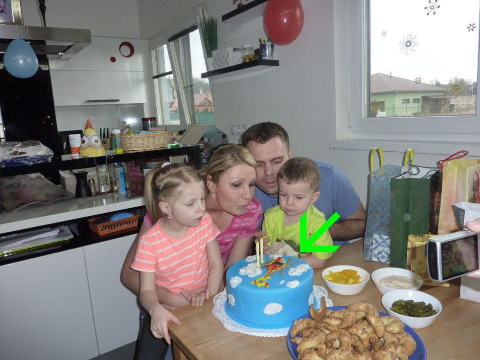Oslava narozenin s dortem.